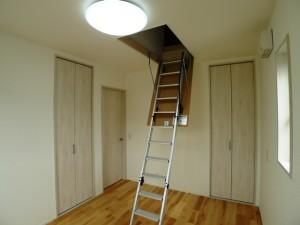 小屋裏収納はしご
